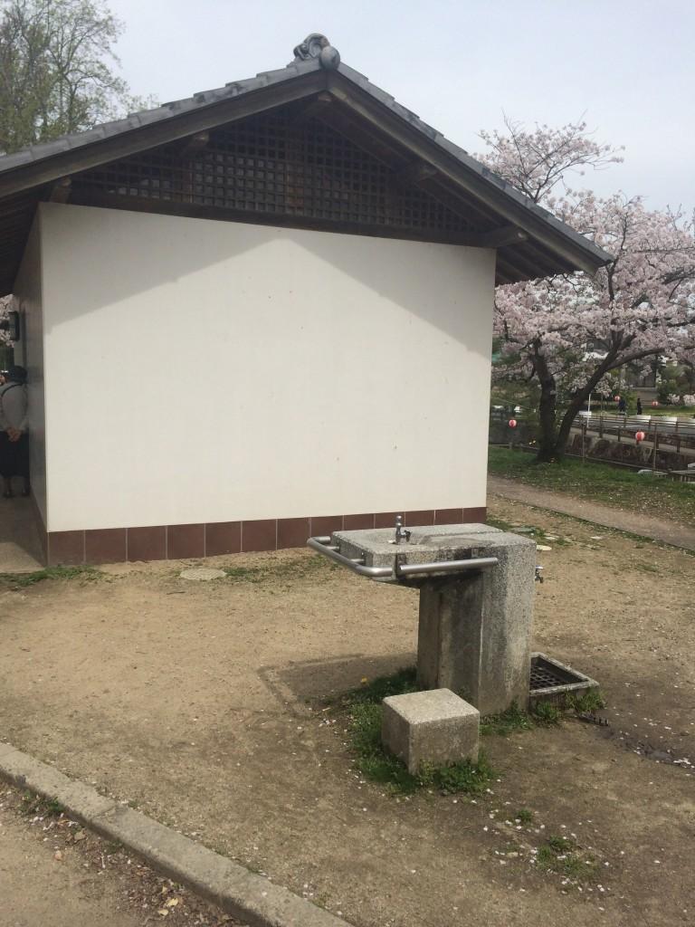 酒津公園にはトイレもあります。男女別。多目的あり。