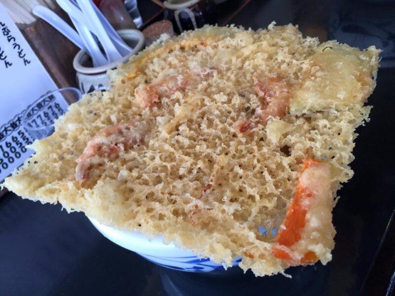 岡山浅口鴨方『手打ちうどんたぐち』丼からはみ出すデカすぎる天ぷら!