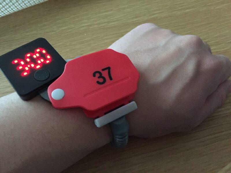 コインロッカーの鍵風腕時計『温泉ウォッチ』ガチャガチャを回してみた!