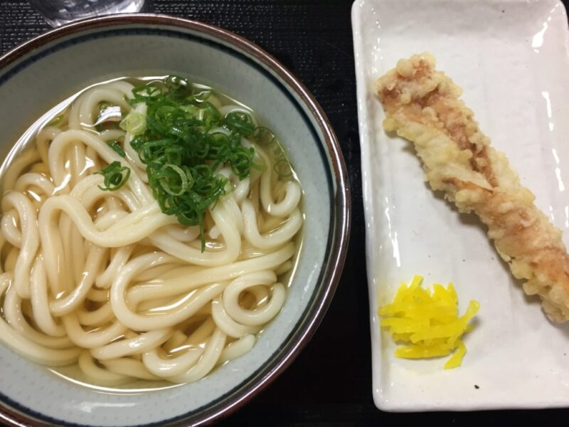 老舗セルフうどん『たぬき屋』岡山東古松本店でかけうどんとちくわ天ぷら!