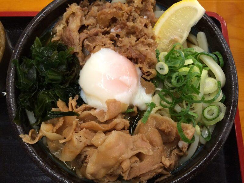 香川丸亀『麺処綿谷』牛肉と豚肉と温玉が入ったデカ盛りぶっかけうどん!