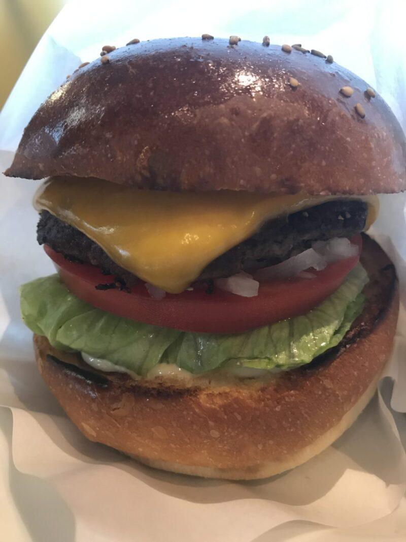 岡山表町『コージーズ』肉厚で食べ応え十分ハンバーガーランチセット!