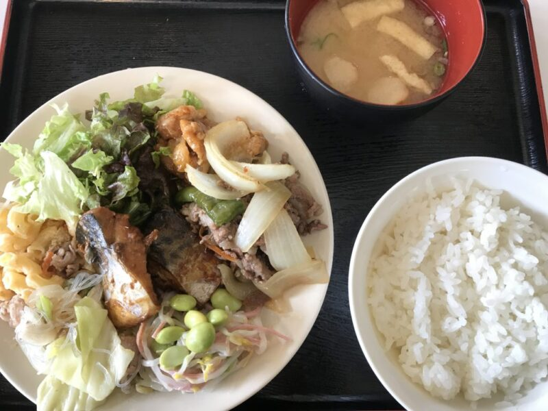 『倉敷市役所児島支所』社員食堂で肉や魚のおかず盛り放題ランチプレート!
